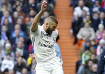 Pitos y aplausos del Bernabéu para Benzema al ser cambiado