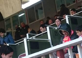 El 'Pequeño Nicolás', en el palco del Estadio de Vallecas