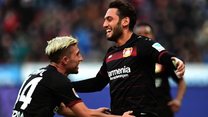 Hakan Calhanoglu, centrocampista del Bayer Leverkusen alemán, celebrando un gol con sus compañeros ante el Hertha BSC Berlin en partido de Bundesliga.