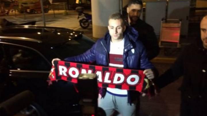 Deulofeu, con una bufanda del Milán