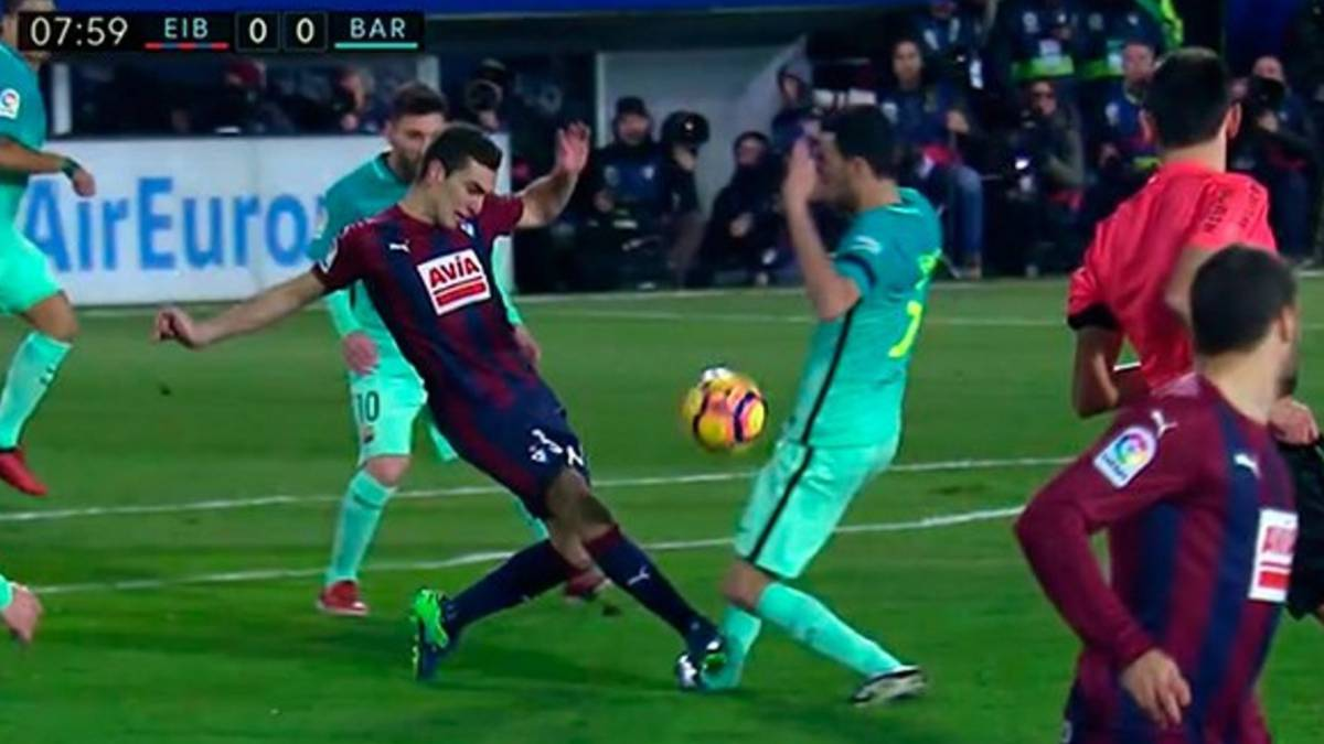 Gonzalo Escalante propina un brutal pisotón a Sergio Busquets durante el Eirbar-Barcelona, partido de LaLiga Santander 2016-2017 disputado en el Estadio de Ipurúa.