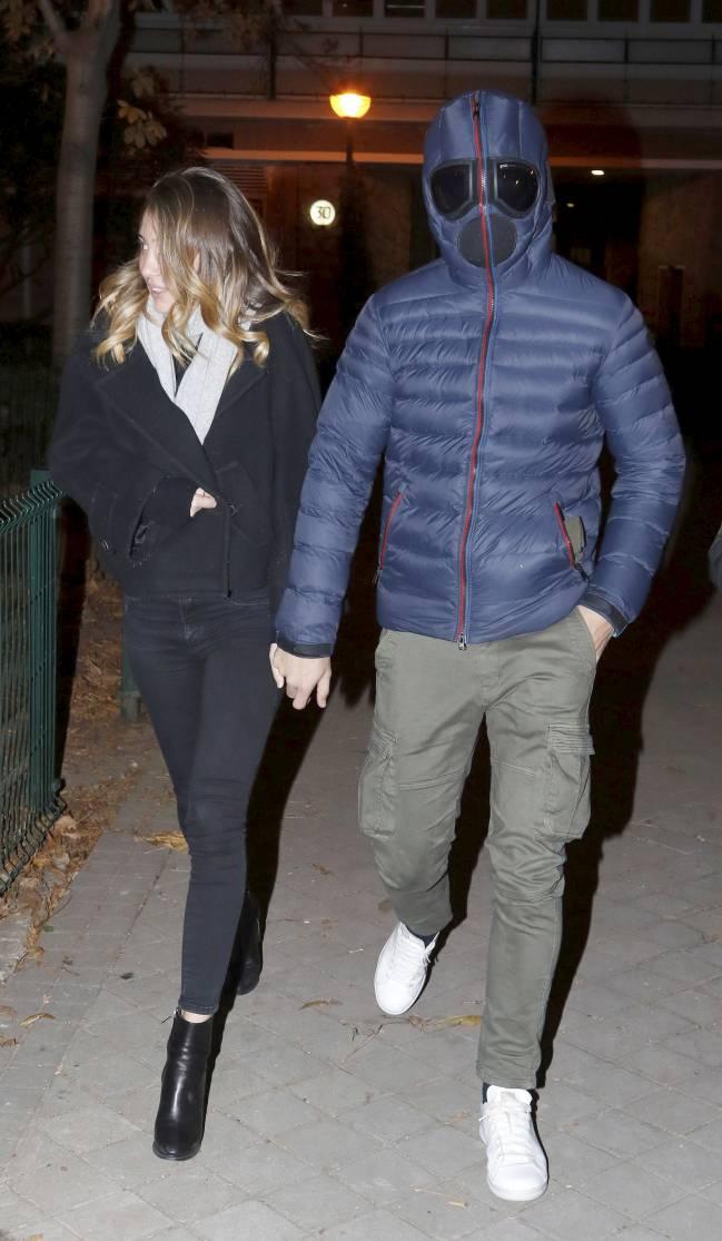 Álvaro Morata pasea de la mano con su novia, la italiana Alice Campello, tras cenar en un conocido restaurante madrileño. El delantero del Real Madrid sorprendió a la Prensa con un abrigo que le cubría por completo la cabeza, le resguardaba del frío y le camuflaba de los paparazzis.