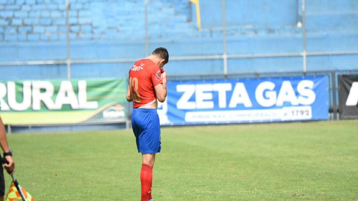 Futbolista se entera de la muerte de su madre en pleno partido