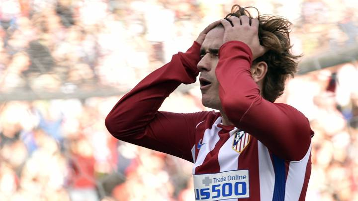 Atletico Madrid\'s French forward Antoine Griezmann gestures after missing a goal during the Spanish league football match Club Atletico de Madrid vs FC Barcelona at the Vicente Calderon stadium in Madrid on February 26, 2017.