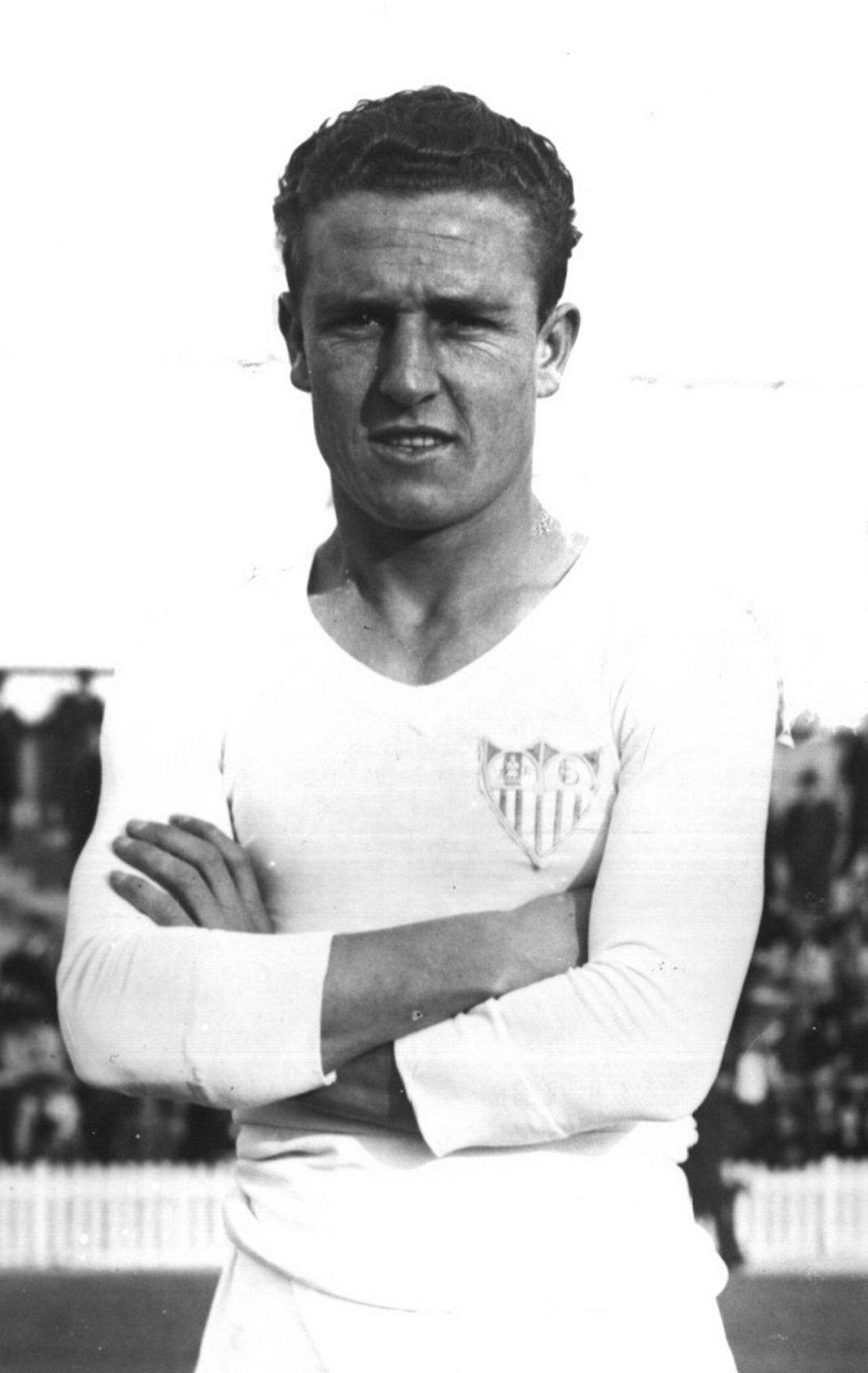 Adolfo Bracero García Vistió la camiseta del Sevilla desde 1934 hasta 1936. Defendió los colores del Real Madrid la temporada 1940-41.