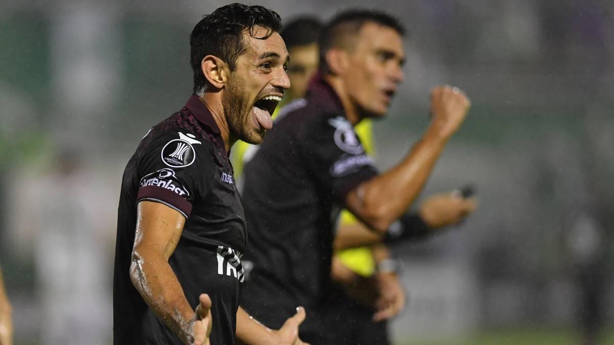 Lautaro Acosta celebra su gol frente a Chapecoense en Brasil.
