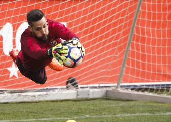 Atlético Madrid keeper Moyá signs new one-year contract