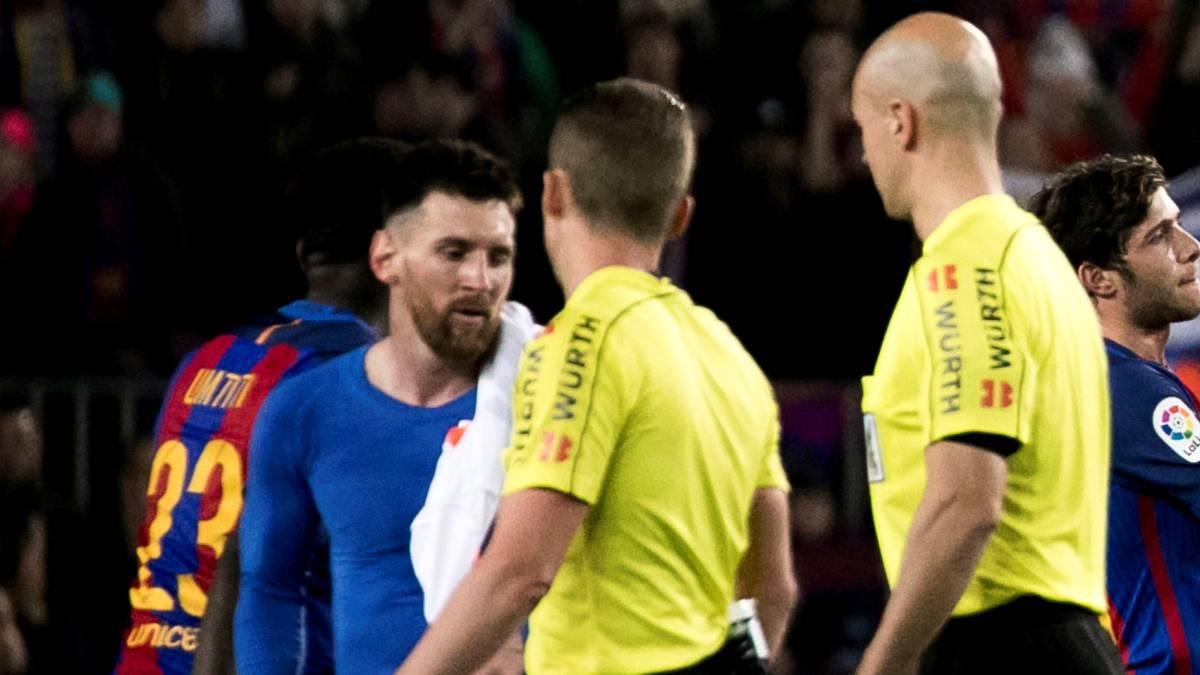 Leo Messi suýt thoát án treo giò