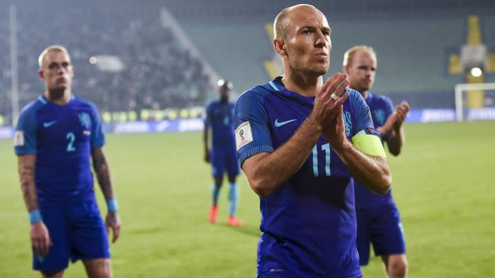 Arjen Robben (C) of the Netherlands and his teammates applaud fans after the FIFA World Cup 2018 qualifying soccer match between Bulgaria and the Netherlands in Sofia, Bulgaria, 25 March 2017.