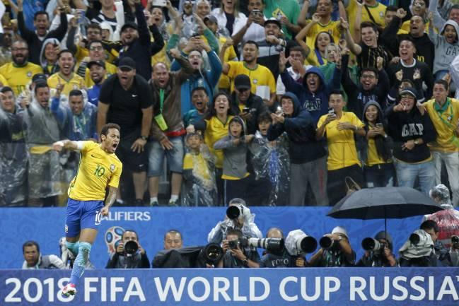 Neymar celebra su tanto frente a Paraguay