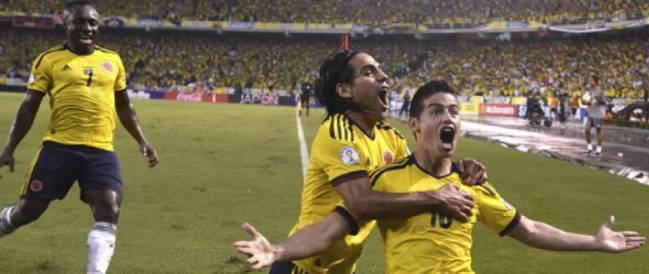 James celebra un gol con Colombia.
