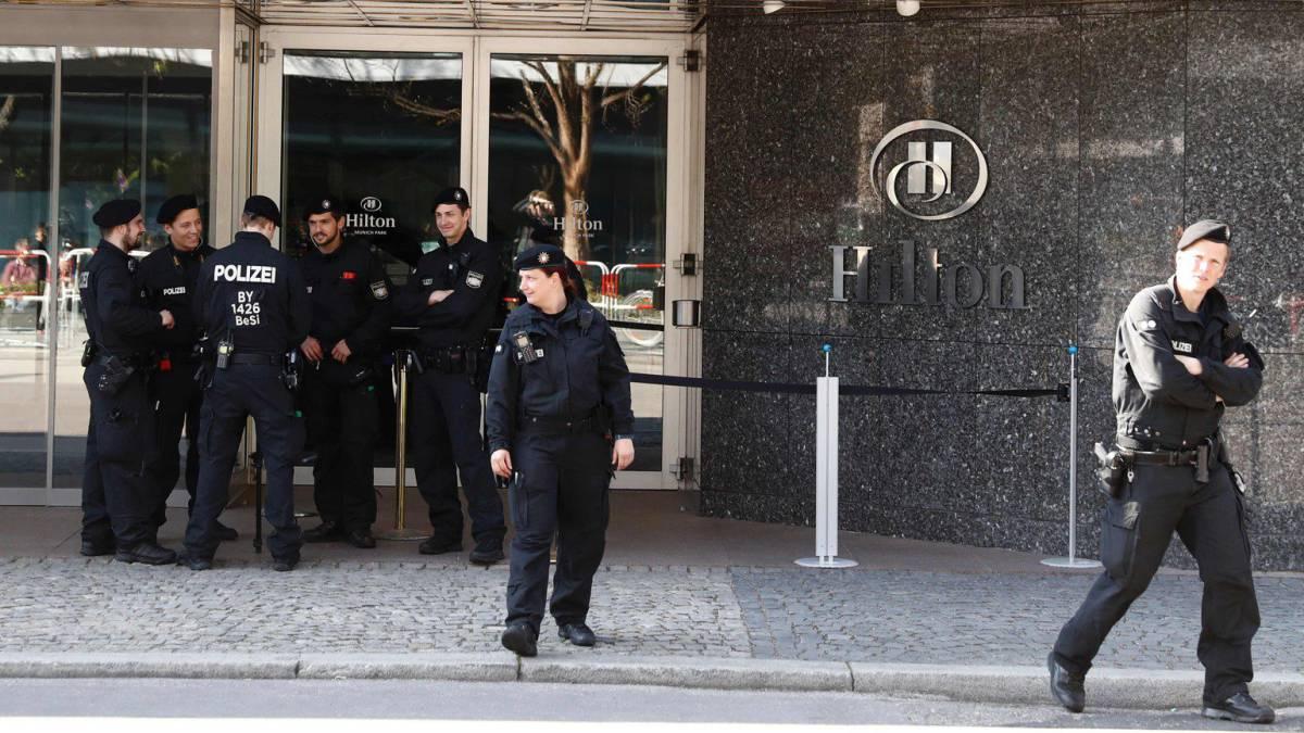 Perros policía revisan el autobús del Real Madrid