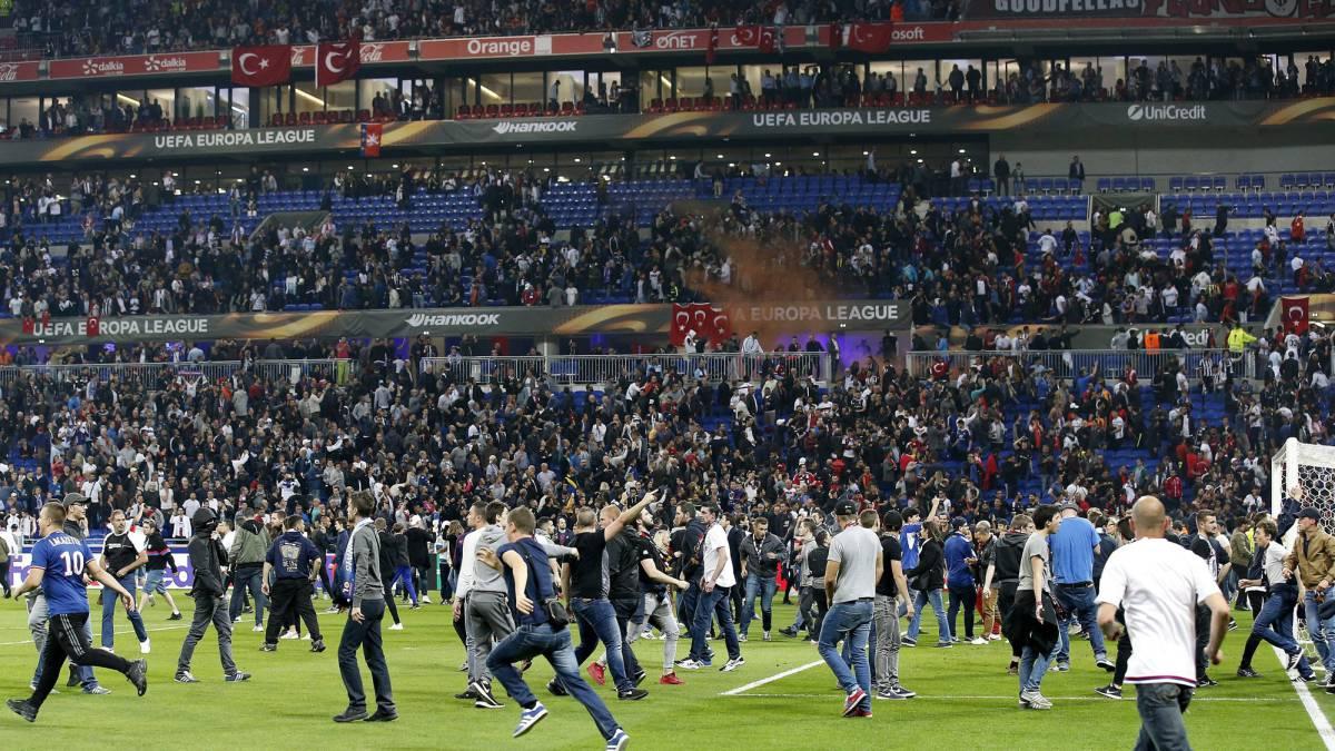 UEFA multa y amenaza con la exclusión a Besiktas y Lyon