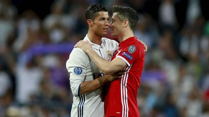 Cristiano Ronaldo habla con Lewandowski