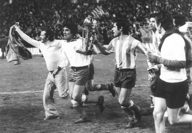 Los jugadores del Atlético con la Intercontinental.