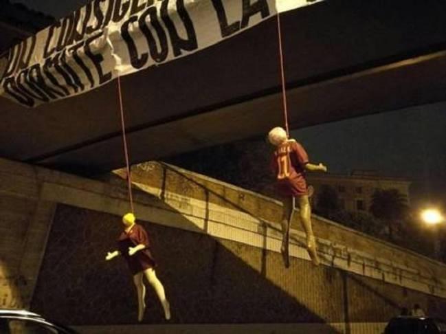 Los muñecos ahorcados con las camisetas de Salah, Nainggolan y De Rossi.