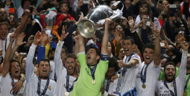 Los jugadores del Madrid levantan la Champions en el estadio Da Luz de Lisboa.