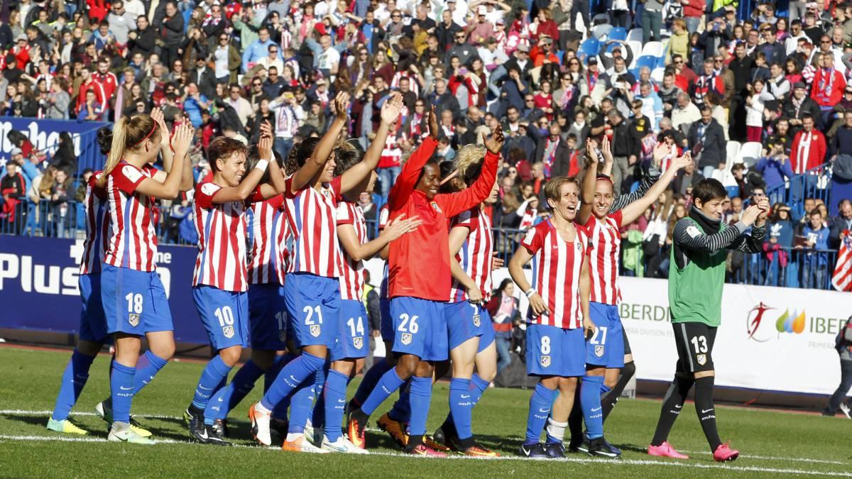 Las chicas del Atlético Femenino aplauden a la afición.