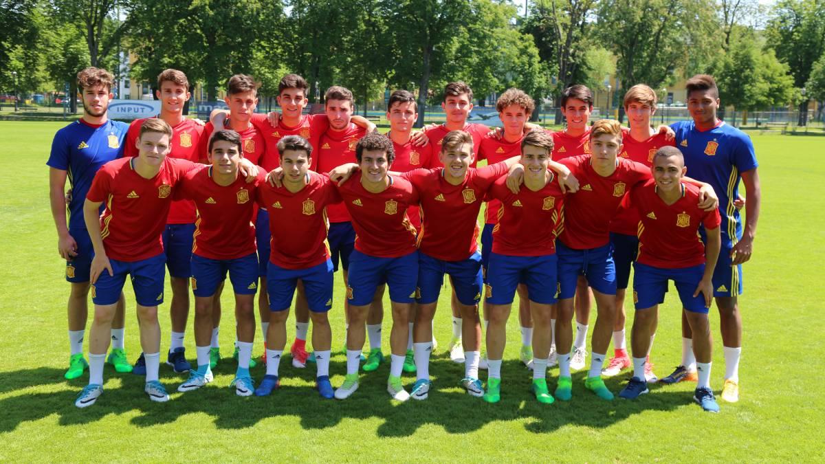Los futbolistas españoles se entrenaron ayer por última vez antes de la final y posaron alegres después de la sesión.