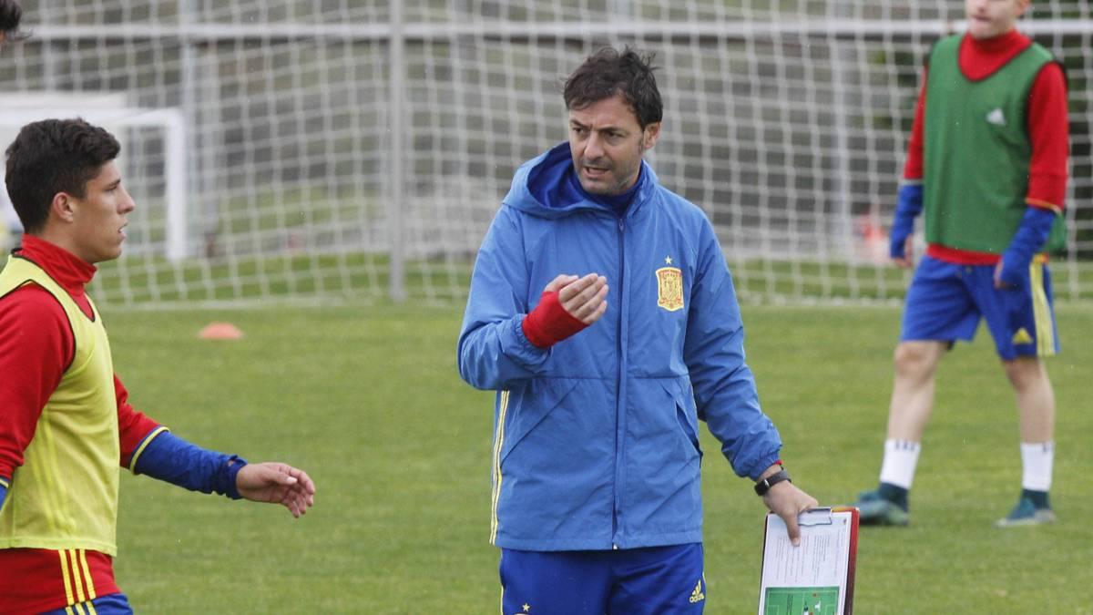 Santi Denia durante un entrenamiento con La Rojita.
