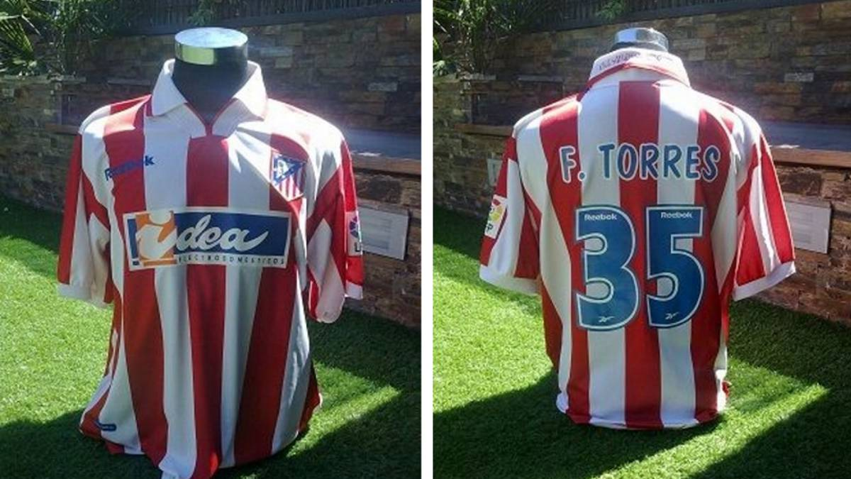 La camiseta del Atlético de Madrid con el dorsal de un Fernando Torres  debutante a la 898ace8f07852