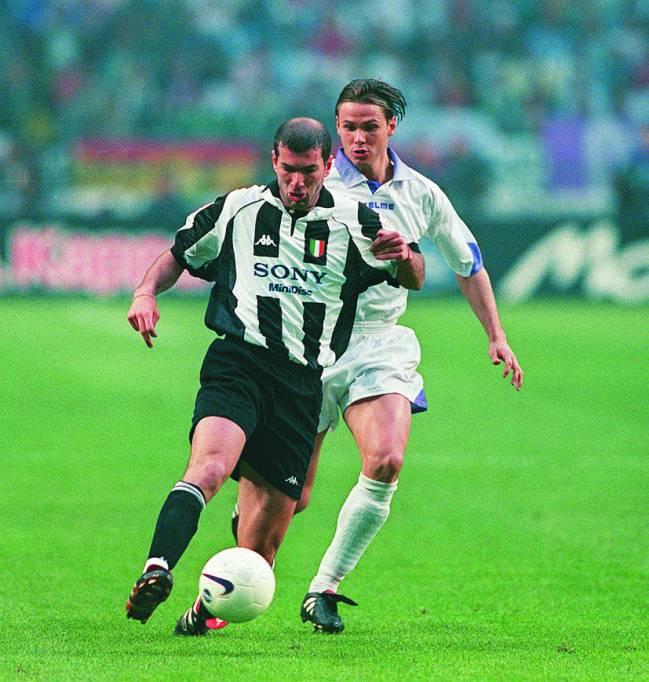 Zidane protege el balón ante Redondo en la final de la Séptima.