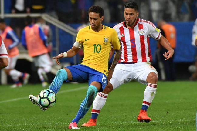 Neymar protege el balón ante Bruno Valdez en el último Brasil-Paraguay.