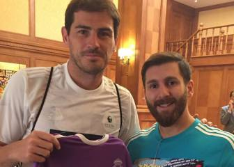 Casillas posa con el doble de Messi... y una camiseta del Madrid
