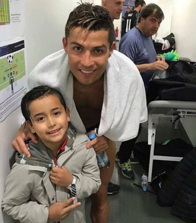 Cristiano, con el hijo de Arturo Vidal