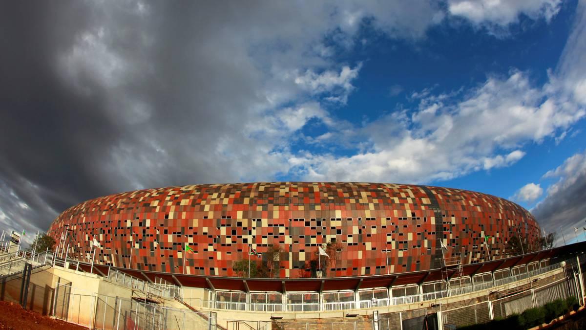 Mueren 2 en estampida durante juego de futbol en Sudáfrica