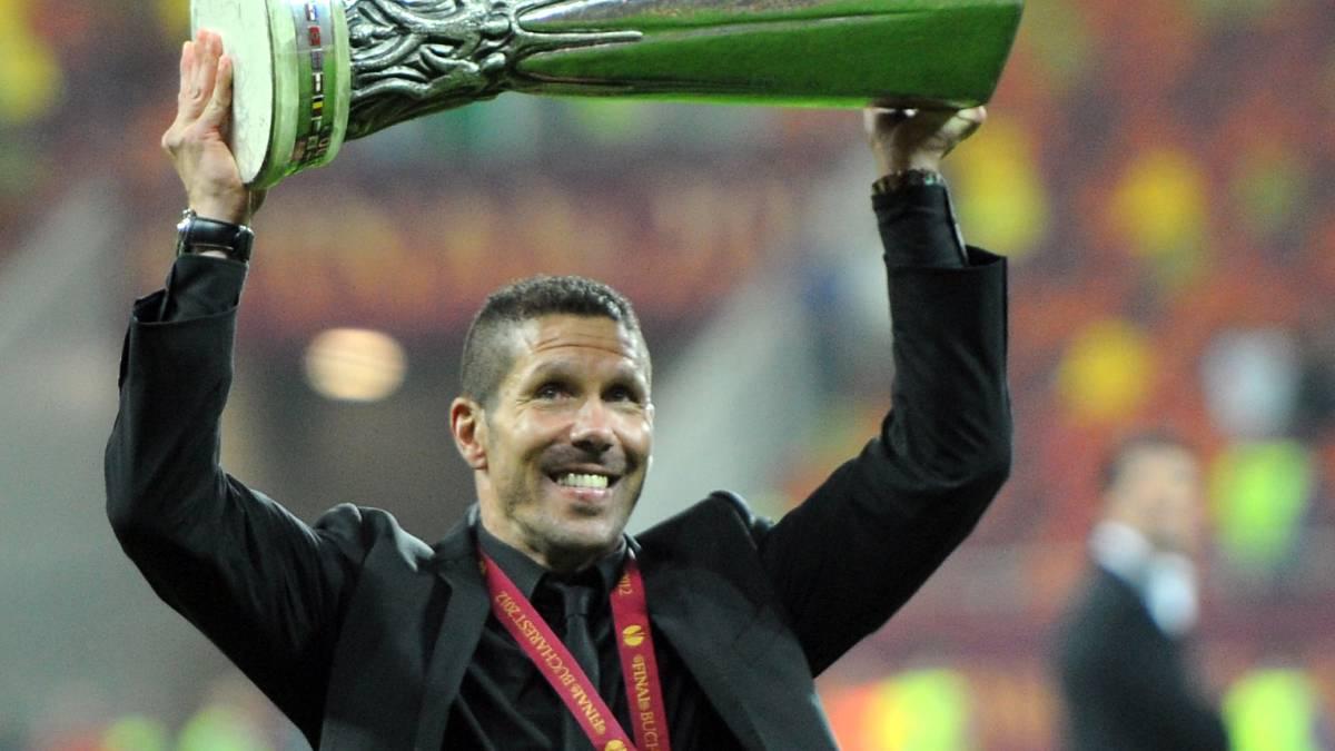 Simeone levanta el trofeo de la Europa League conquistada en 2012