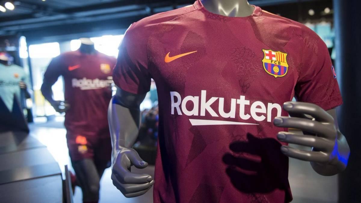 El Barcelona presenta su tercera equipación  de color granate - AS.com 541f17e5c29