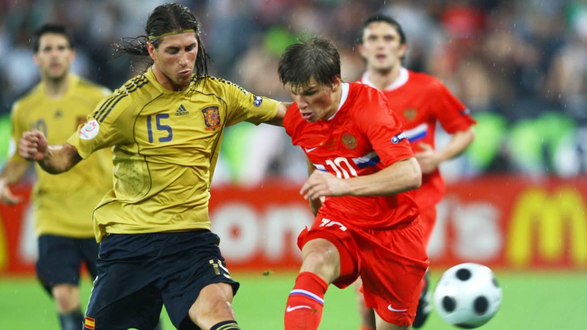 2dbc59ae2 Sergio Ramos y Arshavin en un Rusia-España de la semifinal de la Eurocopa de