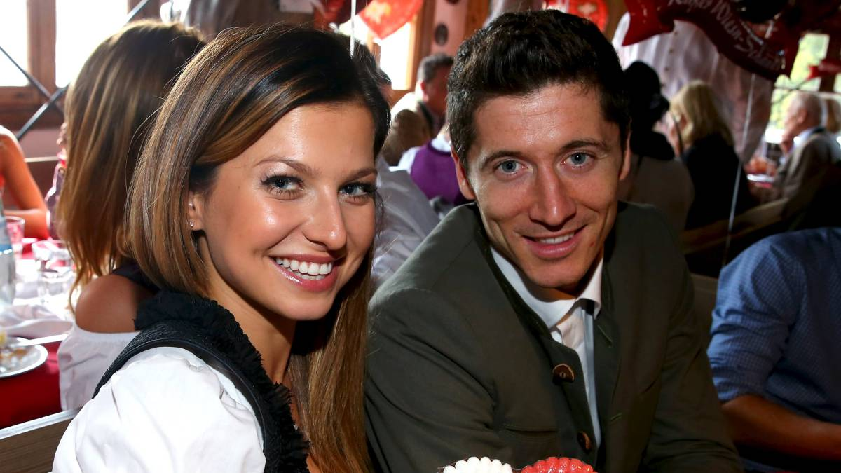 Robert Lewandowski poses for a picture alongside actress Julia Roberts and  his wife Anna