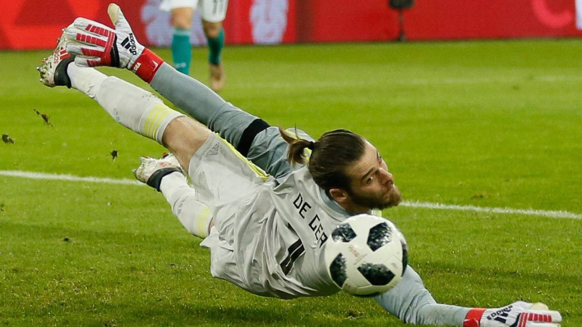 Barcelona keeper Ter Stegen, De Gea slam World Cup ball