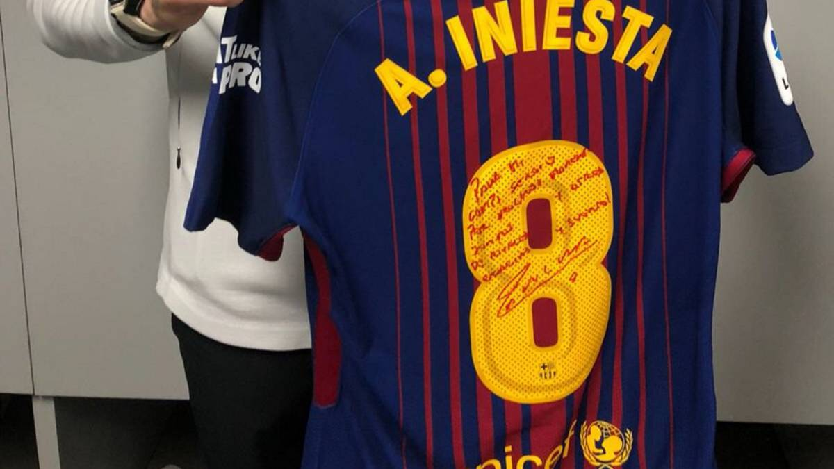 36ec64ce79305 Iniesta le dedicó a Ramos su última camiseta en un Clásico - AS.com