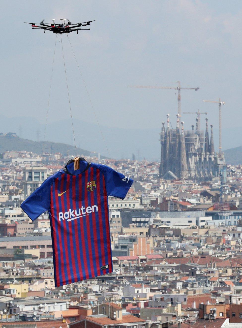 حفل تقديم القميص الجديد لنادي برشلونة لموسم 2018-2019 1526726915_488256_1526726978_album_grande