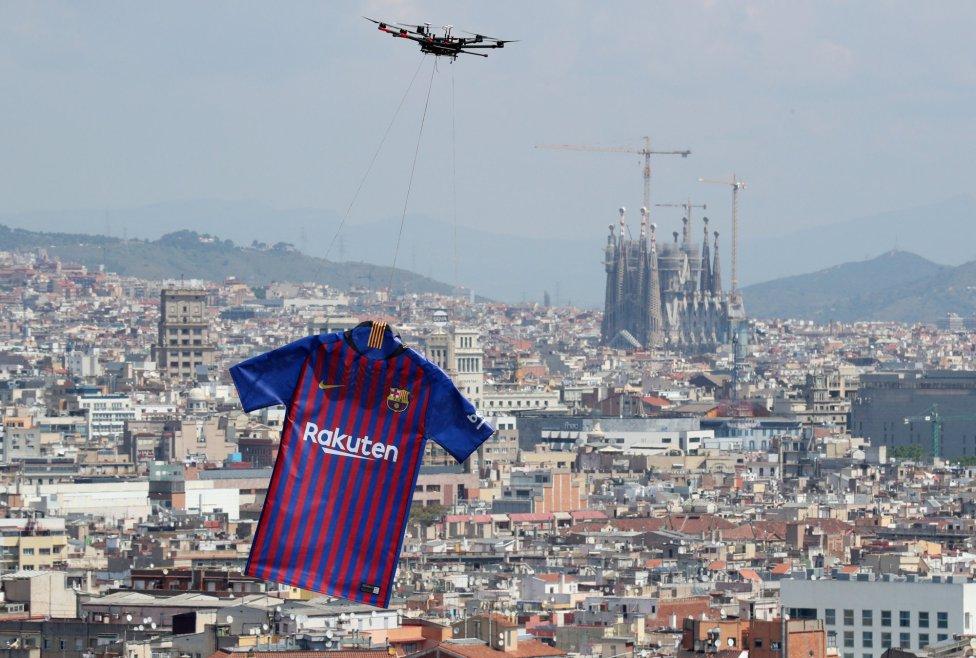 حفل تقديم القميص الجديد لنادي برشلونة لموسم 2018-2019 1526726915_488256_1526726980_album_grande