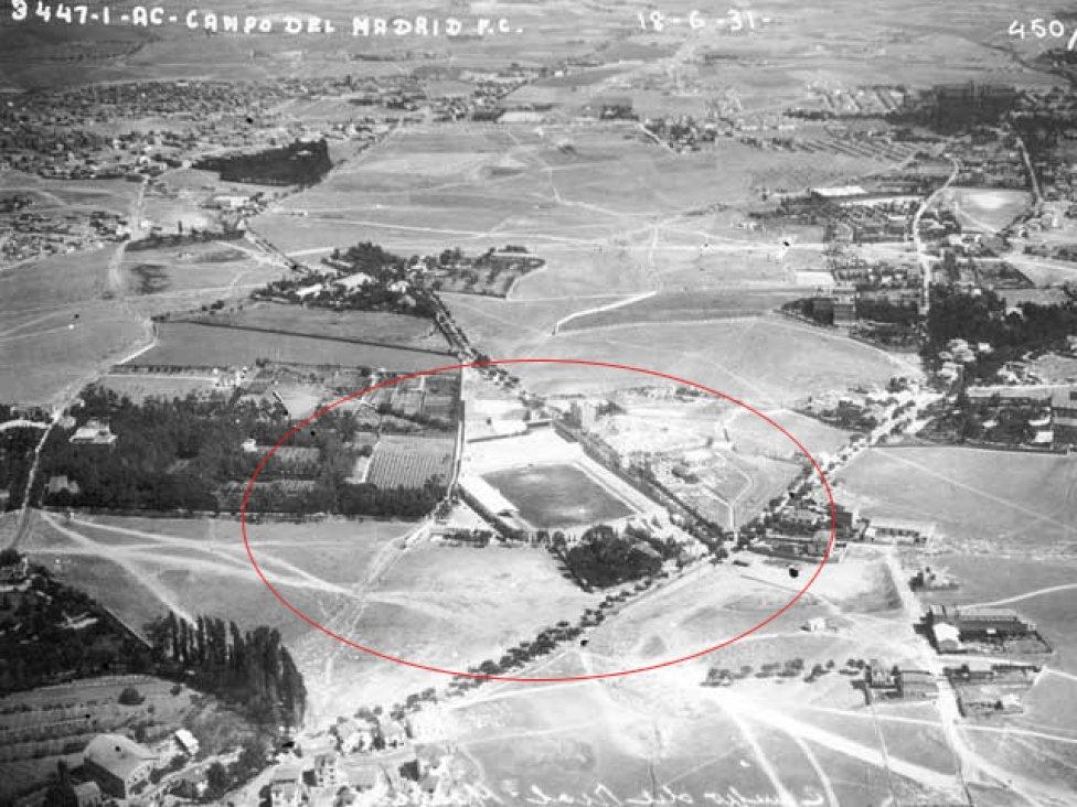 EJERCITO DEL AIRE. No podemos hablar de la historia del estadio Santiago Bernabéu sin hablar del estadio de Chamartín. El 14 de mayo de 1924 el Real Madrid se trasladó desde el estadio de O'Donnell al norte de la ciudad de Madrid. En la foto, vista aérea del Ejército del Aire de la zona en 1931, vemos claramente el campo de Chamartín en lo que hoy es la Esquina del Bernabéu.