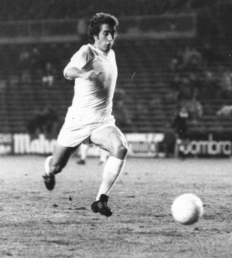 Velázquez El centrocampista se formó en las categorías inferiores a las que llegó con 15 años. Tras ser cedido a varios equipos en 1965 debutó con el primer equipo. Vistió la camiseta blanca hasta 1977 habiendo jugado un total de 402 partidos y habiendo marcado 59 goles. Consiguió una Copa de Europa, seis Ligas y tres Copas de España.