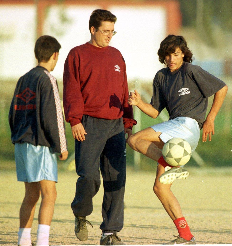 José Antonio Reyes Calderón nació en Utrera el 1 de septiembre de 1983. En la imagen se le puede ver en su etapa en la categoría cadete del club sevillano.