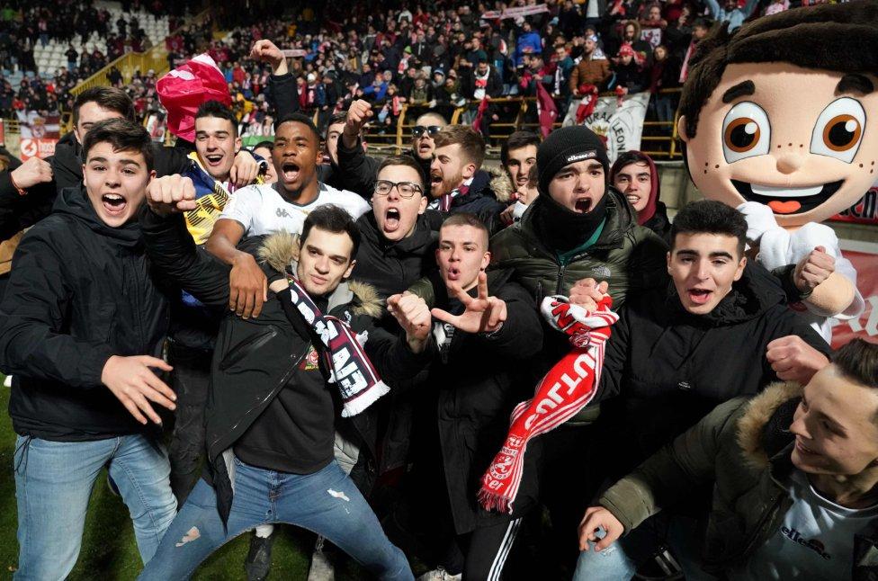 Jugadores y aficionados de la Cultural Leonesa celebraron la victoria y la clasificación a octavos.