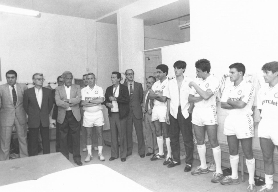 Lorenzo Sanz llegó al club blanco en 1985 y formó parte de la directiva de Ramón Mendoza como vocal y posteriormente como vicepresidente. En la fotografía se puede ver a ambos en una visita al Real Madrid Castilla.