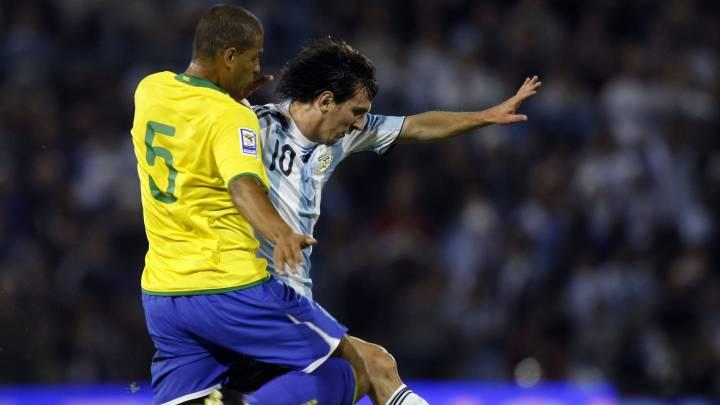 Cuando jugaba contra Messi, nos rotábamos para pegarle patadas