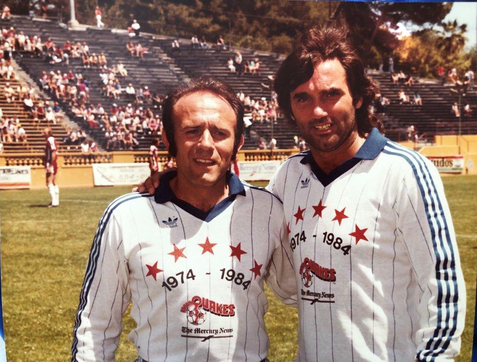 Mani Hernández posa con George Best antes de un partido de las estrellas del San José Earthquakes celebrado en 1984 que se disputó con motivo del décimo aniversario de la franquicia californiana. El crack irlandés llegó en 1984 a los 'Quakes' y marcó el mejor gol de la historia de la North American Soccer League (NAS)L
