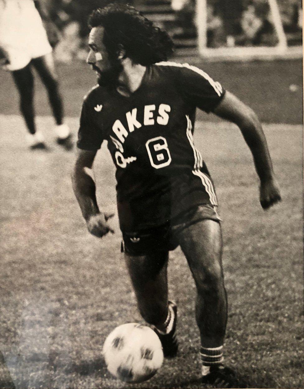 Mani Hernández conduce el balón en un partido con el San José Earthquakes. Siempre llevó el dorsal 6 en los 'Quakes' y su camiseta está muy cotizada entre los coleccionistas. El extremo expañolo muestra en esta foro un look con pelo largo y barba.