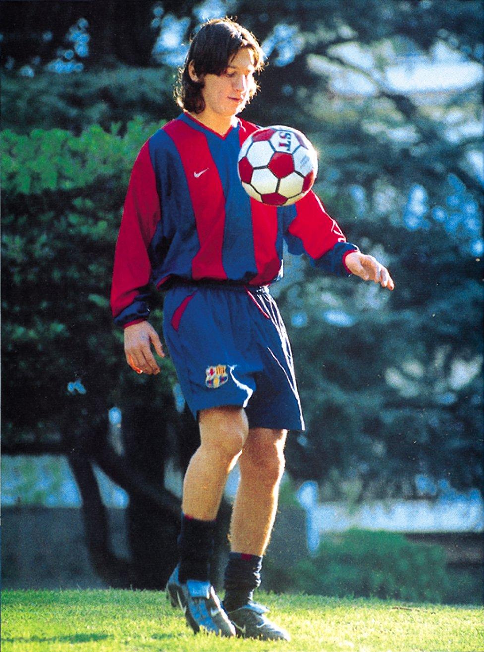 Messi formó parte de los equipos inferiores del Barcelona entre 2000 y 2005. Debutó con el Infantil B ante el Amposta, el 7 de marzo de 2001, en el que anotó un gol.