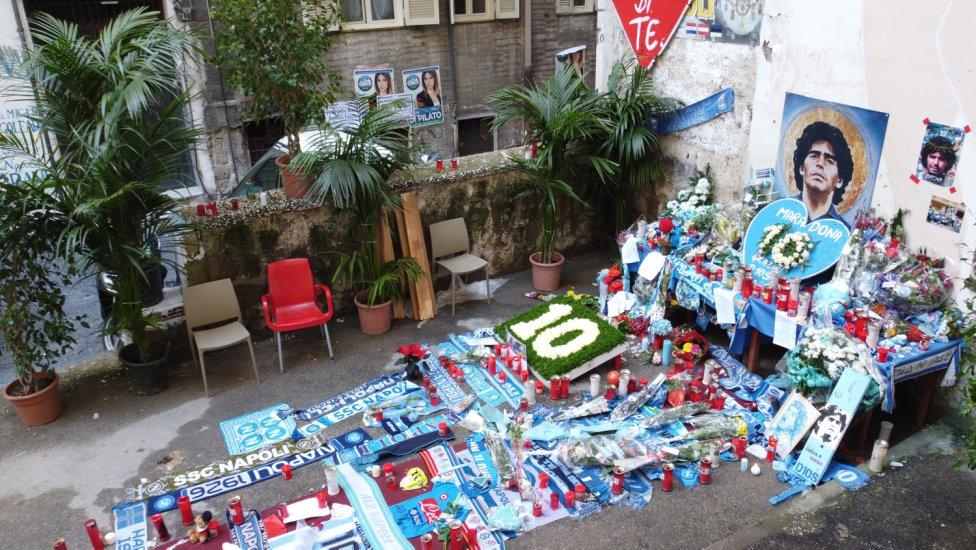 La ciudad italiana está viviendo de una manera muy especial el fallecimiento del astro argentino. Las calles le recuerdan en cada esquina.