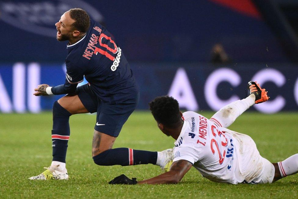 Neymar recibió en su tobillo izquierdo una dura entrada de Thiago Mendes.