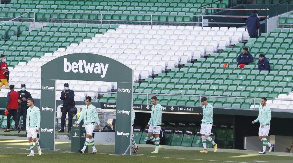 Los jugadores del Betis saliendo al terreno de juego